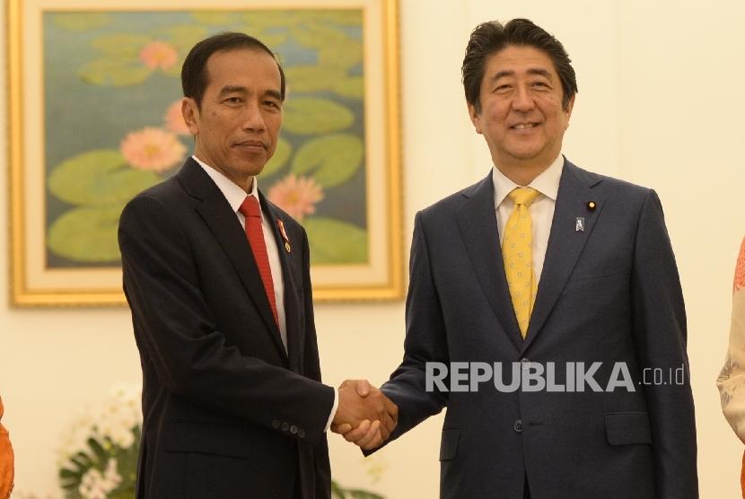 Perdana Menteri Jepang Shinzo Abe (kanan)