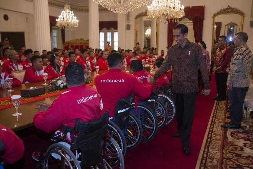 Presiden Joko Widodo memberi selamat kepada atlet yang telah berlaga dalam ajang ASEAN Paragames 2017 di Istana Negara, Jakarta, Senin (2/10).
