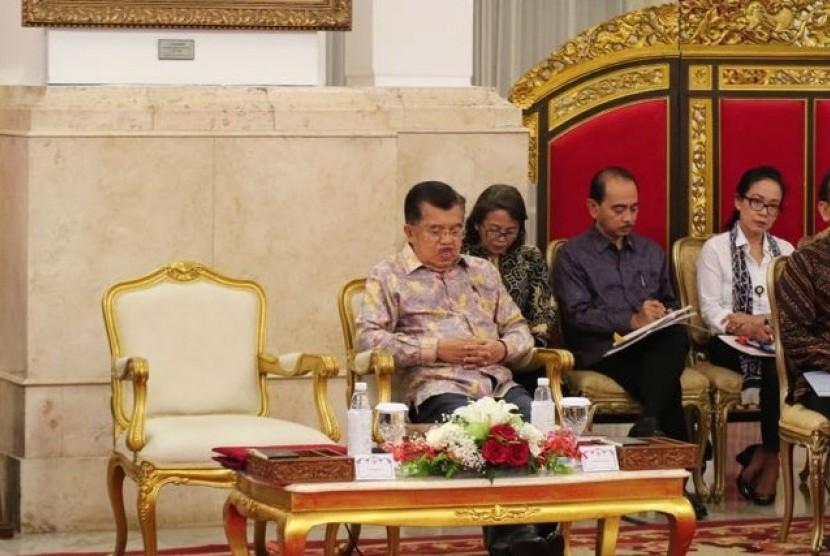 Presiden Joko Widodo memberikan arahan dalam sidang kabinet paripurna, Senin (12/2).