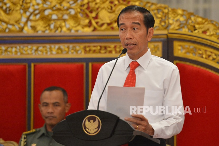 Presiden Joko WIdodo memberikan kata pengantar ketika memimpin Sidang Kabinet Paripurna di Istana Negara Jakarta, Senin (12/2).