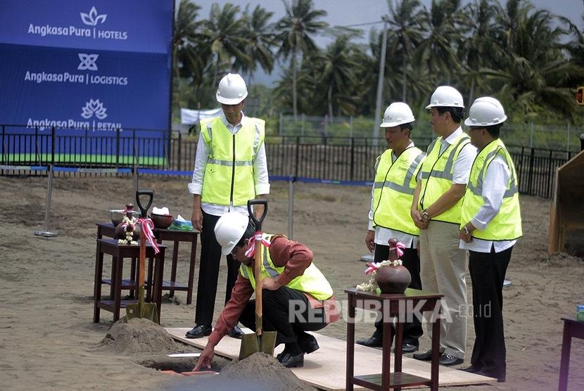 Gubernur DIY SRI SULTAN HB X meletakan batu pertama pembangunan New Yogyakarta Internasional Airport (NYIA) di Temon, Kulonprogo, DI Yogyakarta, Jumat (27/1).