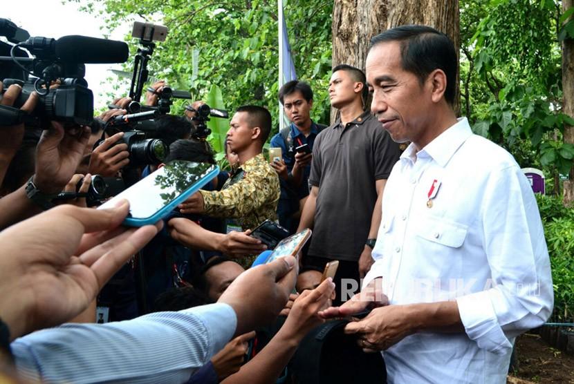 Presiden Joko Widodo memberikan keterangan pers usai membagikan izin pemanfaatan hutan negara di kawasan hutan jati, Desa Dungus, Keluarahan Wungu, Kabupaten Madiun, Senin (6/11).