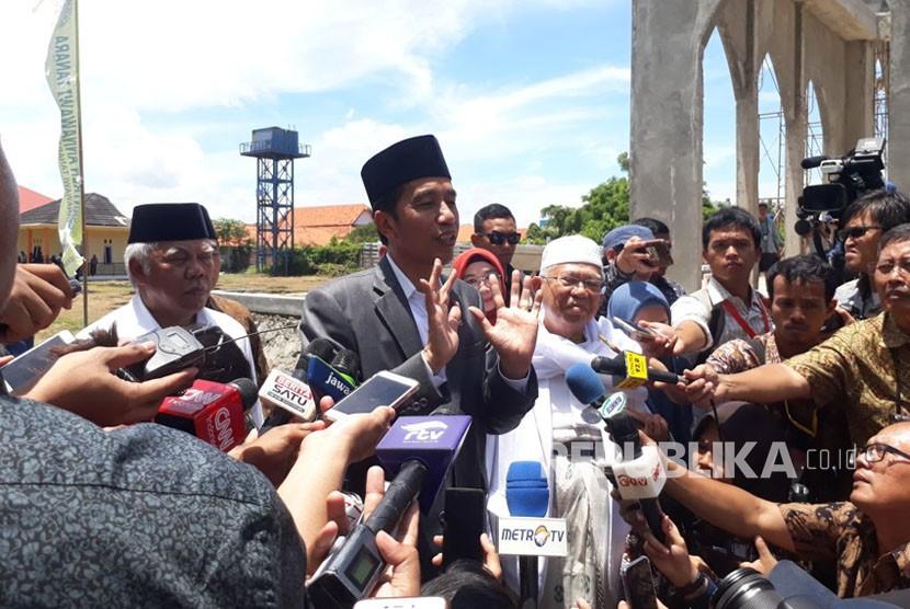 Presiden Joko Widodo memberikan keterangan pers usai meresmikan bank wakaf mikro, Rabu (14/3).