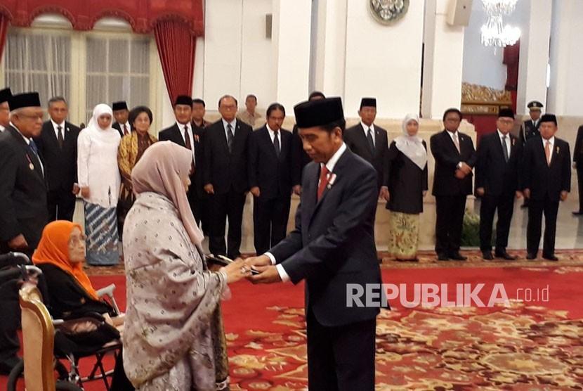 Presiden Joko Widodo memberikan Penganugerahan Gelar Pahlawan Nasional kepada empat tokoh di Istana Negara, Jakarta, Kamis (9/11).