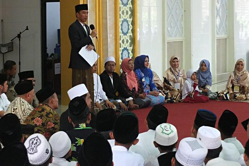 Presiden Joko Widodo memberikan sambutan di Pondok Pesantren Nurul Islam, Kelurahan Antirogo, Sumbersari, Jember, Jawa Timur, Sabtu (12/8).