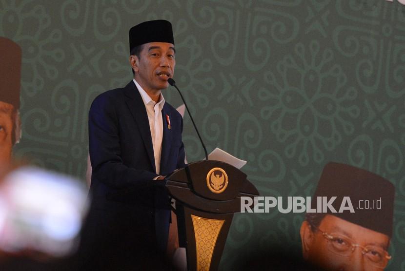 Presiden Joko Widodo memberikan sambutan ketika membuka Zikir Kebangsaan dan Rakernas I Majelis Zikir Hubbul Wathon di Asrama Haji Pondok Gede, Jakarta, Rabu (21/2).