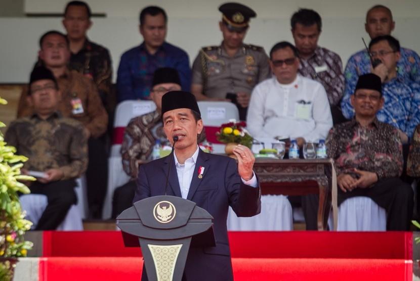 Presiden Joko Widodo memberikan sambutan saat menghadiri Silaturahmi Nasional Majelis (Silatnas) Majelis Tafsir Al Quran (MTA) di Stadion Manahan, Solo, Jawa Tengah, Minggu (17/9).