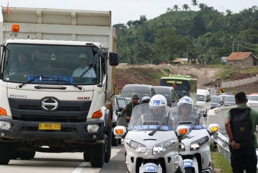 Presiden Joko Widodo menaiki truk sebagai penanda peresmian Tol Bakauheni, Lampung, Ahad (21/1).