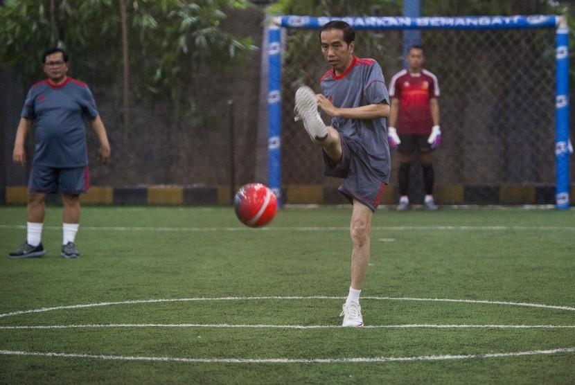 Presiden Joko Widodo menendang bola saat bermain futsal di Lapangan Futsal Time, Kelapa Gading, Jakarta, Selasa (7/2).