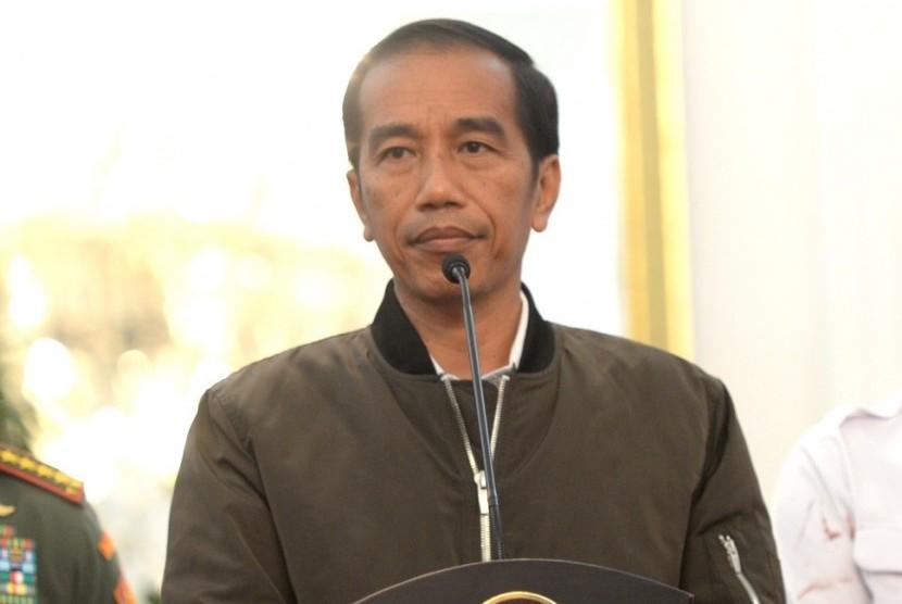 Presiden Joko Widodo mengenakan jaket bergaya bomber pada konferensi pers terkait aksi 4 November 2016.