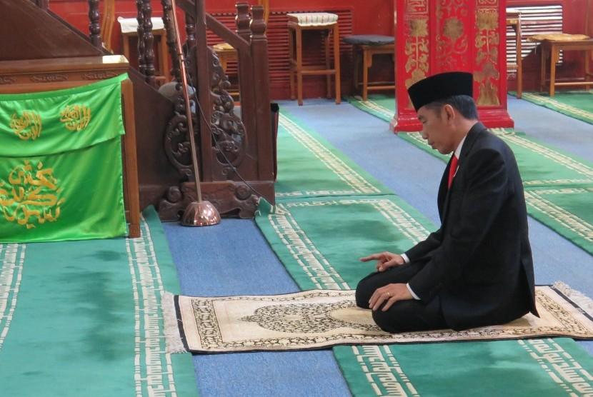 Presiden Joko Widodo menunaikan shalat sunnah tahiyatul masjid di Masjid Niujie, Beijing, Ahad (14/5).
