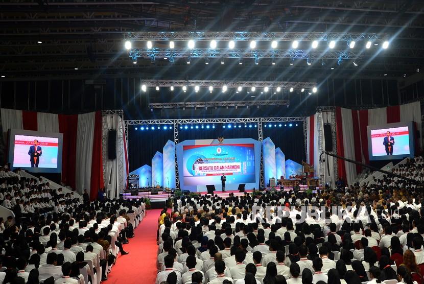 Presiden Joko Widodo menyampaikan paparan ketika memberikan kuliah umum bagi calon pegawai negeri sipil (CPNS) yang diselenggarakan oleh Kementerian Pendayagunaan Aparatur Negara dan Reformasi Birokrasi (PANRB) di Istora Senayan, Jakarta, Selasa (27/3).