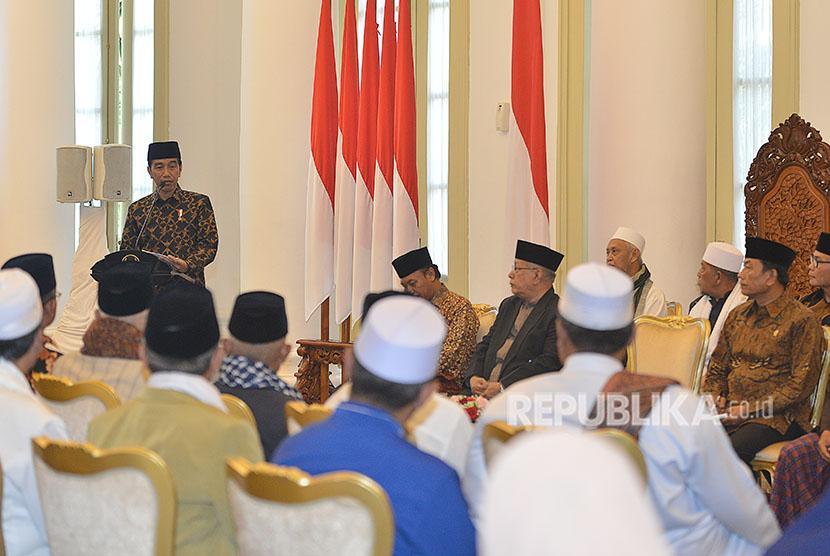 Presiden Joko Widodo menyampaikan sambutan ketika bertemu dengan ulama di Istana Bogor, Jawa Barat, Selasa (10/4).