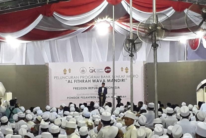 Presiden Joko Widodo meresmikan Bank Wakaf Mikro Al-Fithrah Wava Mandiri milik Pesantren As-Salafi Al-Fithrah di Surabaya pada Jumat (9/3).