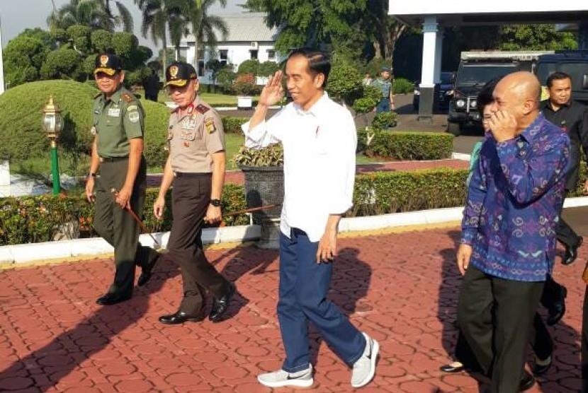 Presiden Joko Widodo pakai sepatu kets saat blusukan di Tasikmalaya, Jawa Barat, Jumat (9/6).