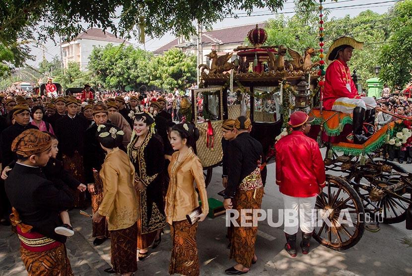 Presiden Joko Widodo sekeluarga turun dari kereta kencana saat akan melaksanakan prosesi ijab dan resepsi pernikahan Kahiyang Ayu-Bobby Nasution di Graha Saba Buana, Solo, Jawa Tengah, Rabu (8/11).