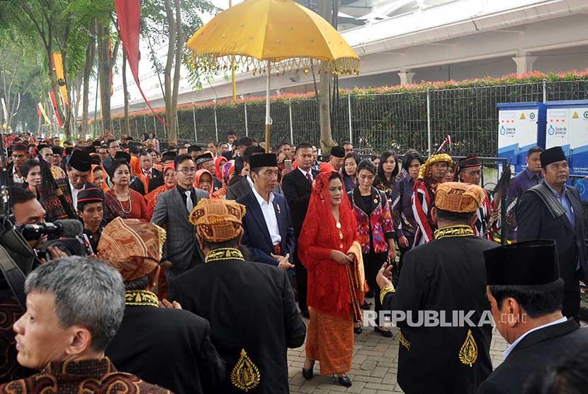 Presiden Joko Widodo (tengah) bersama Iriana Joko Widodo dan rombongan keluarganya disambut secara adat oleh keluarga besar Nasution dan Siregar (Suhut dan Anak Boru) di acara puncak adat (Mata Ni Horja) Bobby Afif Nasution dan Kahiyang Ayu Siregar di Medan, Sumatera Utara, Sabtu (25/11).
