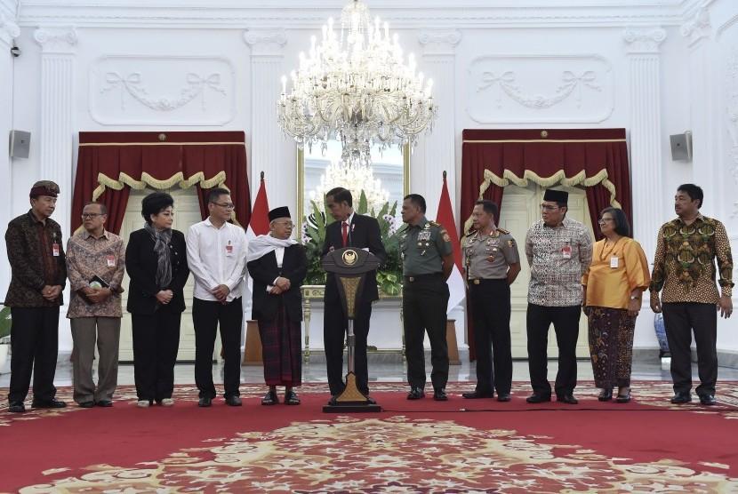 Presiden Joko Widodo (tengah) bersama Panglima TNI Jenderal TNI Gatot Nurmantyo (kelima kanan), Kapolri Jenderal Pol Tito Karnavian (keempat kanan) dan tokoh-tokoh lintas agama menyampaikan keterangan pers usai pertemuan di Istana Merdeka (Ilustrasi)