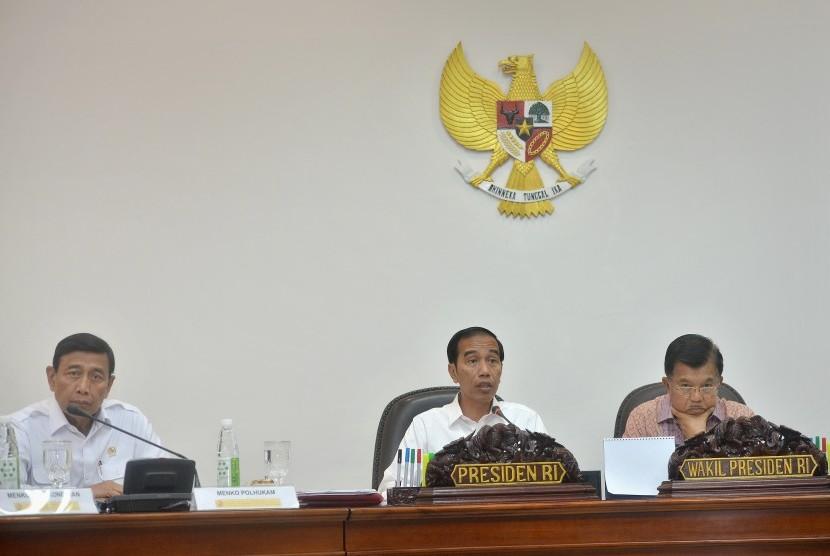 Presiden Joko Widodo (tengah) bersama Wapres Jusuf Kalla (kanan), serta Menko Polhukam Wiranto (kiri) memimpin Rapat Terbatas.
