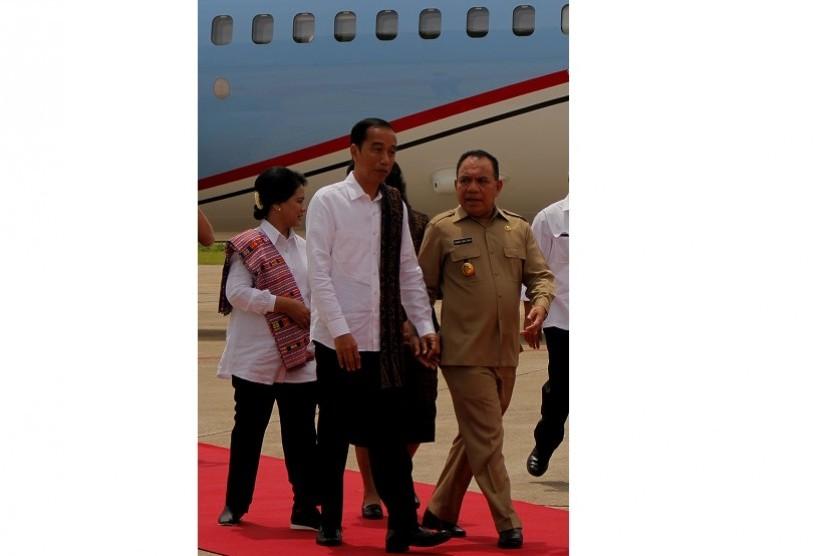 Presiden Joko Widodo (tengah) didampingi Ibu Negara Iriana Joko Widodo (kiri) disambut Gubernur NTT Frans Lebu Raya saat tiba di Bandara El Tari, Kupang, NTT, Senin (8/1). Presiden dijadwalkan menghadiri serangkaian kegiatan di Kota Kupang dan Kabupaten Rote