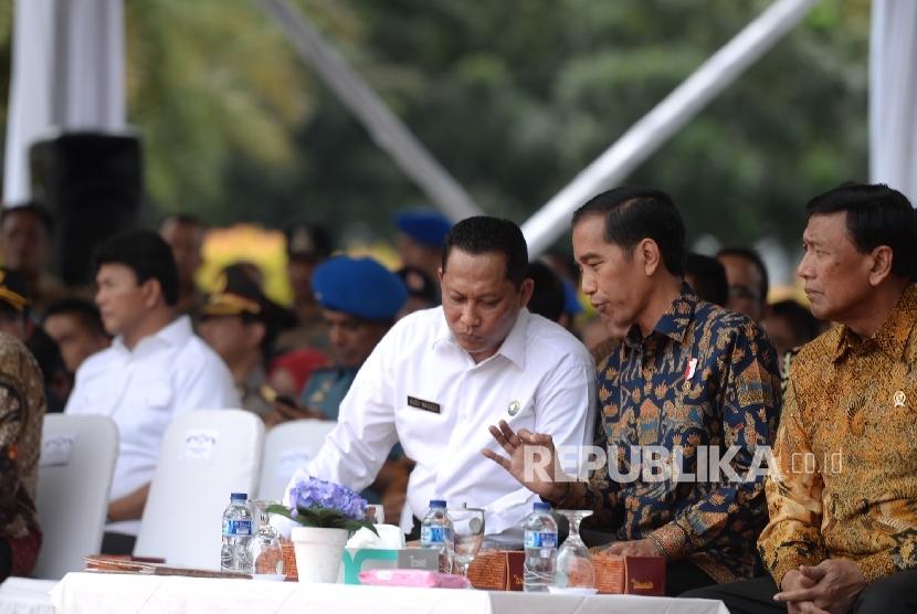 Presiden Joko Widodo (tengah) didampingi Kepala Badan Narkotika Nasional (BNN) Budi Waseso (kiri). Budi Waseso telah memasuki masa pensiun dari kepolisian pada bulan ini.