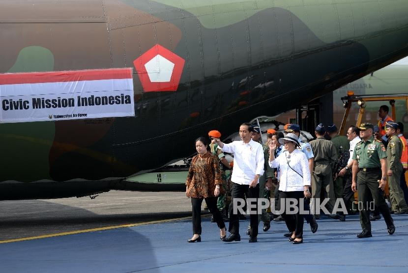 Presiden Joko Widodo (tengah) didampingi Menko PMK Puan Maharani (kiri), Menlu Retno Marsudi, dan Panglima TNI Gatot Nurmantyo melihat persiapan pengiriman bantuan kemanusiaan untuk pengungsi Rohingya di Pangkalan TNI AU, Bandara Halim Perdanakusumah, Jakarta, Rabu (13/9).