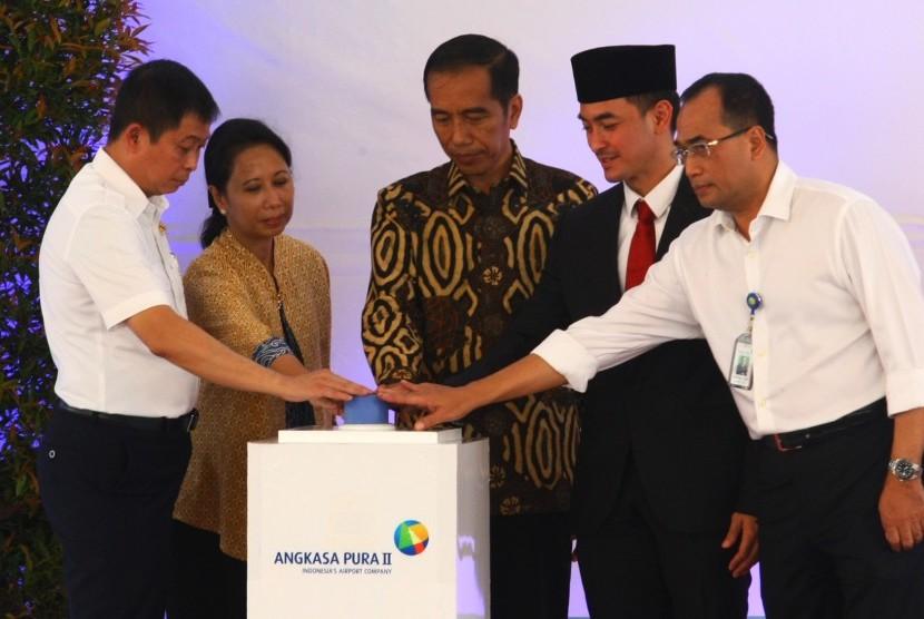 Presiden Joko Widodo (tengah) saat peresmian bandara baru Bandara Sultan Thaha, Jambi, Kamis (21/7). Pada Oktober, Jokowi dijadwalkan meresmikan Bandara Silangit di Medan, Sumatra Utara.