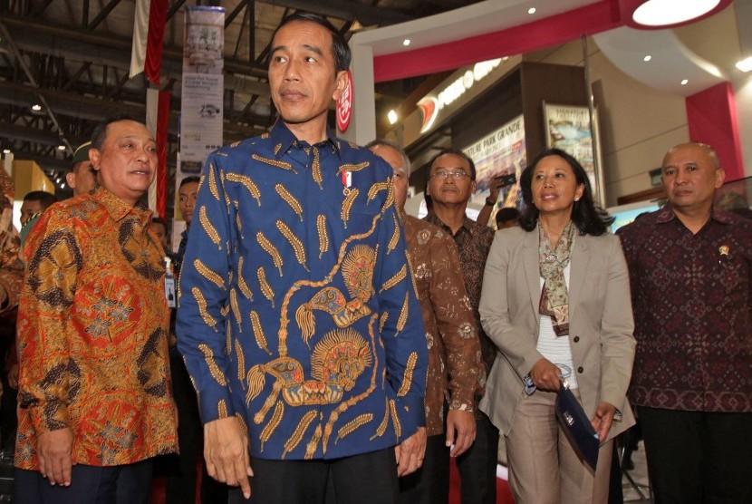 Presiden Joko Widodo (tengah) didampingi Menteri BUMN Rini Soemarno (kedua kanan), Kepala Staf Kepresidenan Teten Masduki (kanan), Direktur Utama Bank BTN Maryono (kiri), melakukan tinjauan saat membuka pameran Indonesia Properti Expo 2017 di JCC, Jakarta, Jumat (11/8).