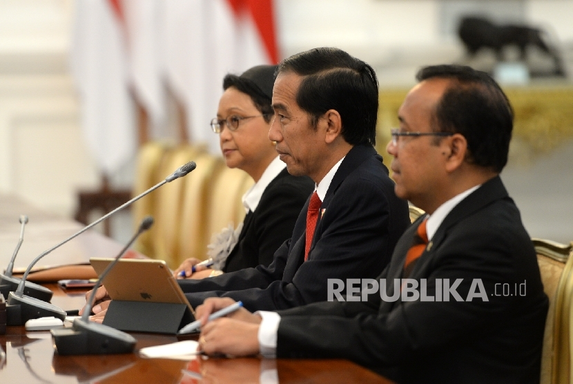 President Joko Widodo (center) accompanied by Minister of Foreign Affairs Retno Marsudi welcomed the honorary visit of South Korea Parliament at Merdeka Palace, Jakarta, on Thursday (Jan 12).