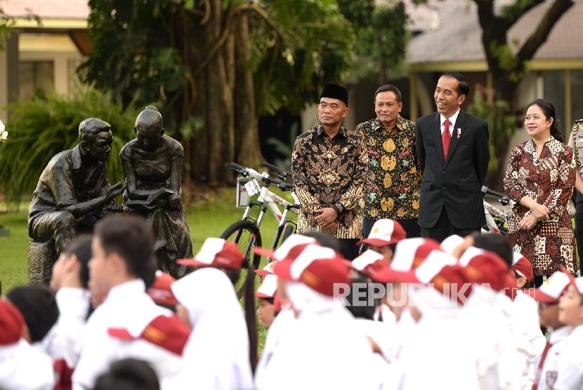 Presiden Joko Widodo (tengah), Mendikbud Muhadjir Efendy (kiri) , dan Menko PMK Puan Maharani (kanan) menghadiri Peringatan Hari Buku Nasional bersama sejumlah anak-anak SD dan SMP di Halaman Tengah Istana Merdeka, Jakarta, Rabu (17/5).