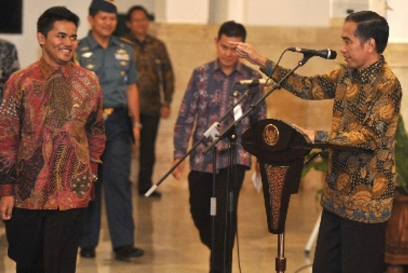 Presiden Jokowi berbincang dengan salah satu anggota Tim Nusantara Sehat Angkatan I di Istana Negara, Senin (4/5).