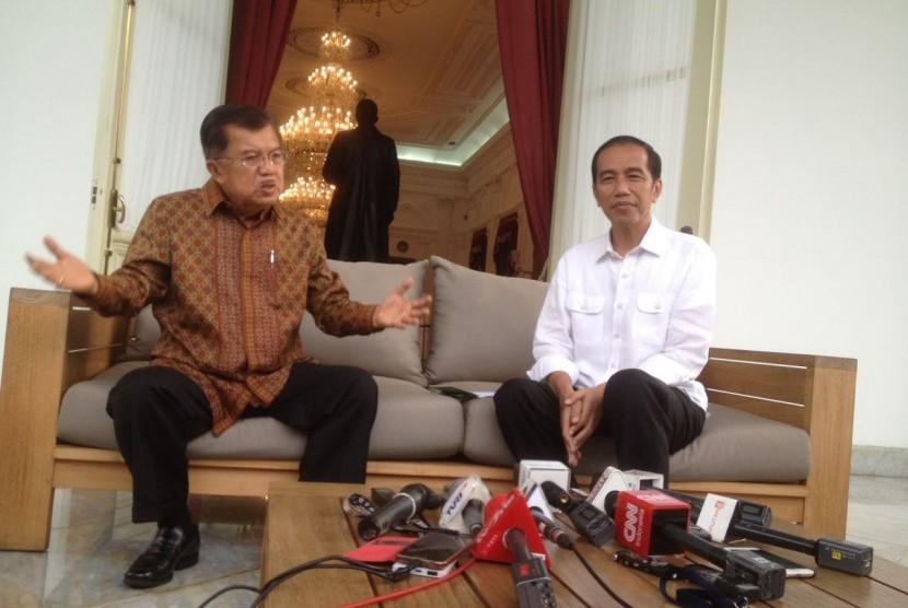 Presiden Jokowi dan Wapres Jusuf Kalla berbincang di teras belakang Istana Merdeka, Jakarta, Kamis (3/11)