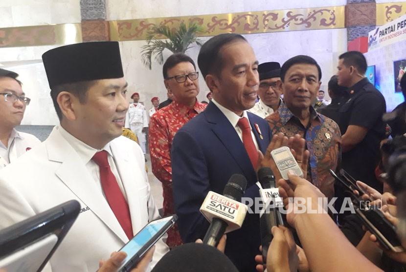 Presiden Jokowi memberikan keterangan pers usai menghadiri Rapimnas II Partai Perindo, Rabu (21/3).