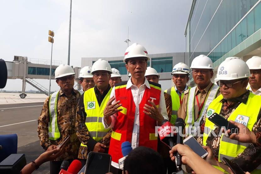 Presiden Jokowi memberikan keterangan pers usai meninjau pengerjaan Bandara Kertajati, Selasa (17/4).
