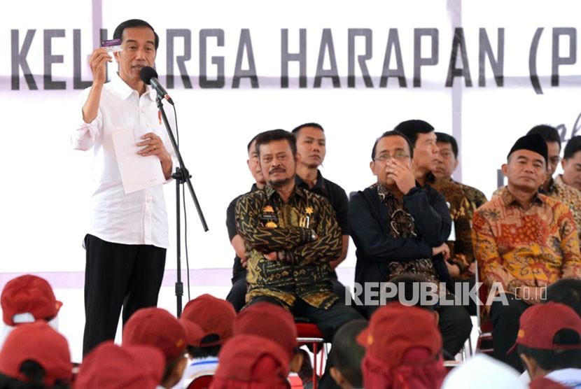 Presiden Jokowi memberikan KIP di Kabupaten Gowa, Sulawesi Selatan, Kamis (15/2).