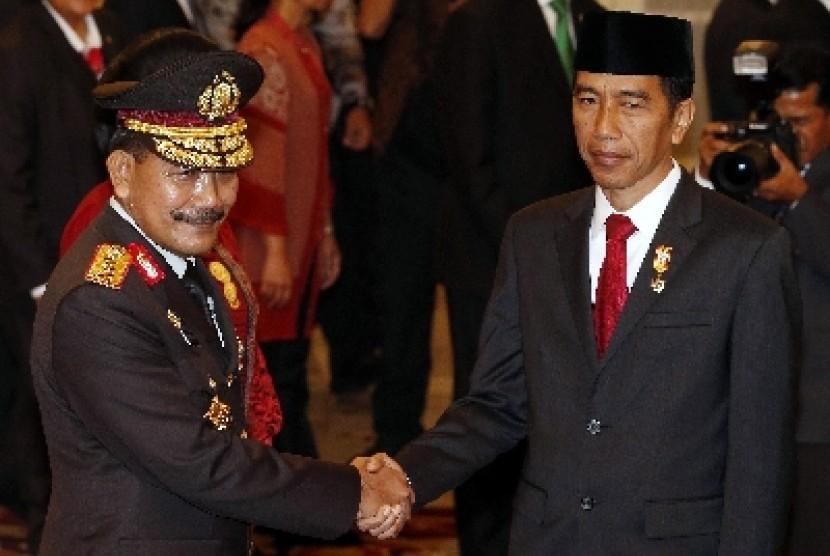 Presiden Jokowi menyalami Kapolri Jenderal Badrodin haiti.