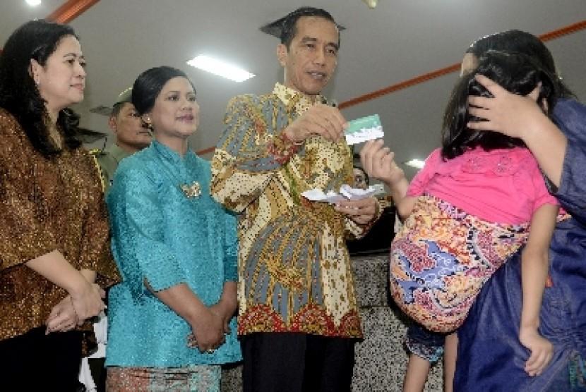 Presiden Jokowi menyerahkan tiga kartu sakti kepada masyarakat di Kantor Pos Besar, Jakarta Pusat, Senin (3/11).