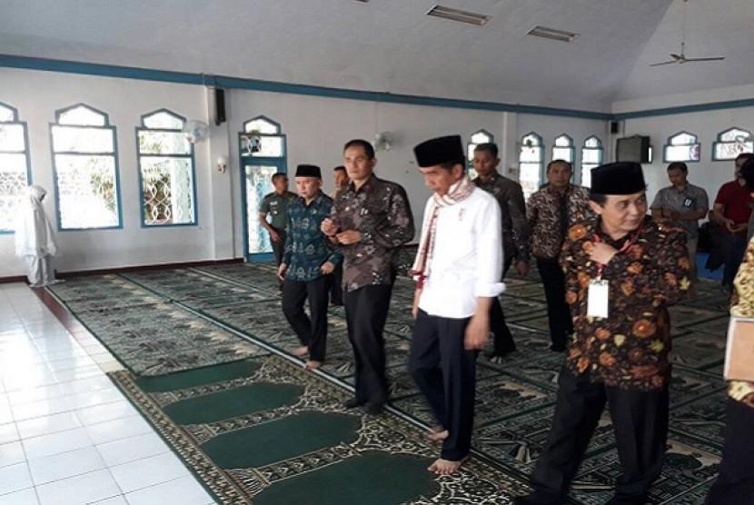 Presiden Jokowi usai melaksanakan salat Dzuhur di Ponpes Darussalam, Ciamis, Sabtu (10/6)