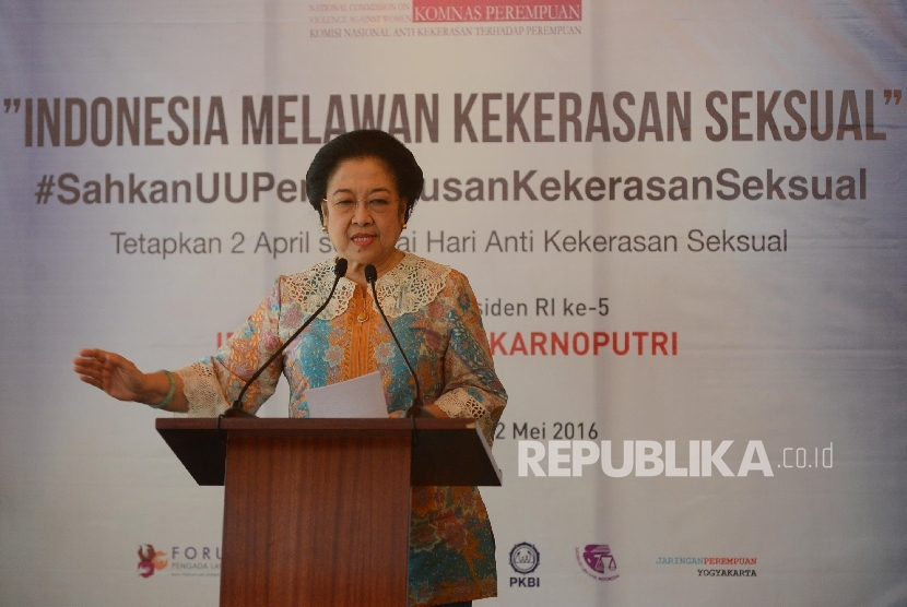 Presiden ke-5 Republik Indonesia Megawati Soekarnoputri (kanan) memasangkan pin kepada Menteri Hukum dan Ham Yasonna Laily (ketiga kiri) saat kampanye yang bertemakan Indonesia Melawan Kekerasan Seksual yang diadakan di Jakarta, Kamis (12/5)
