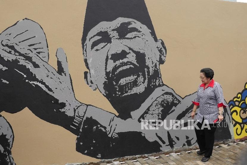 Presiden ke-5 RI Megawati Soekarnoputri memandang mural Bung Karno.