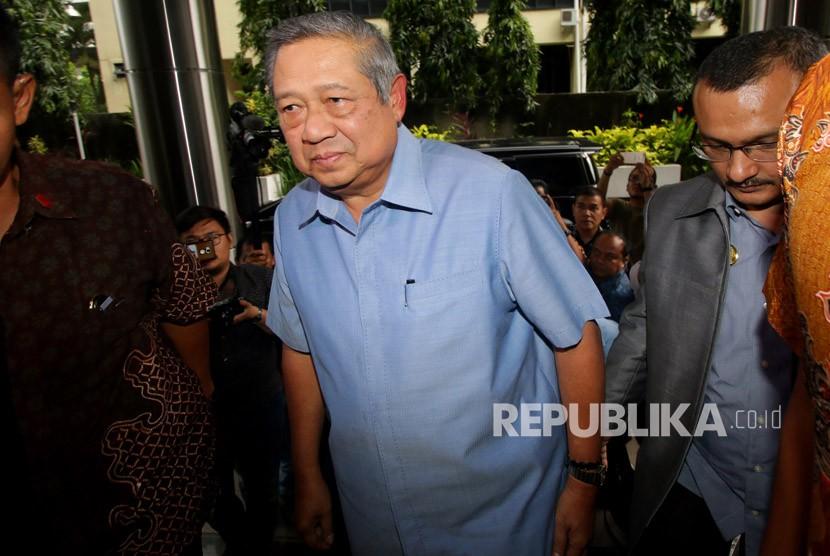 Presiden ke-6 RI Susilo Bambang Yudhoyono berjalan memasuki gedung untuk melaporkan pengacara Setya Novanto, Firman Wijaya, kepada Bareskrim Polri, Jakarta, Selasa (6/2).