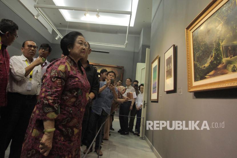 Presiden kelima RI Megawati Soekarnoputri melihat salah satu satu koleksi lukisan Istana Kepresidenan pada pameran lukisan bertajuk Senandung Ibu Pertiwi di Galeri Nasional, Jakarta, Kamis (10/8).