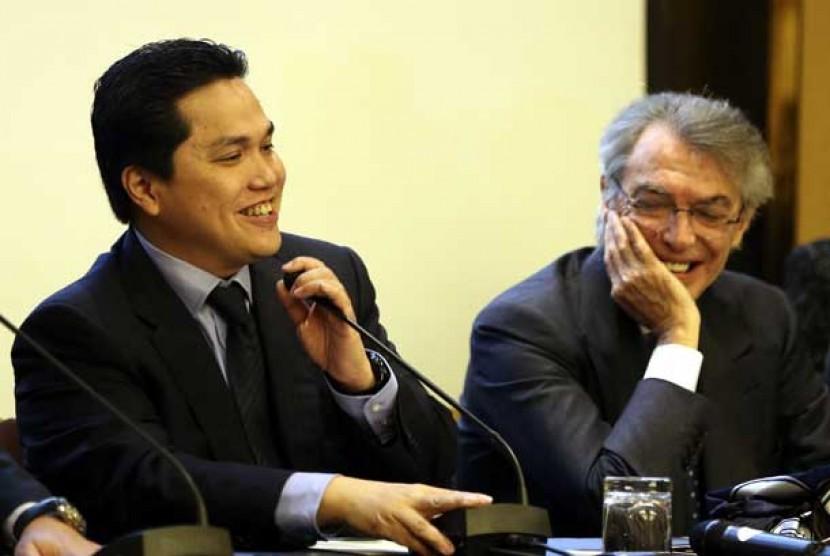 Presiden klub Inter Milan Erick Thohir (kiri) bersama Massimo Moratti saat konferensi pers di Milan, Jumat (15/11).