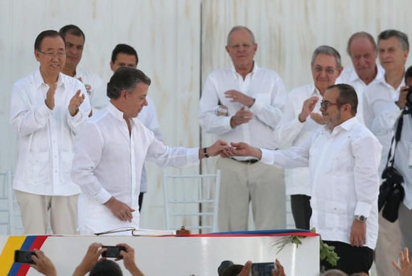 Presiden Kolombi Juan Manuel Santos (depan kiri) dan pemimpin FARC Rodrigo Londono usai menandatangani perjanjian damai di Cartagena, Kolombia yang mengakhiri perang 50 tahun, Senin, 26 September 2016.