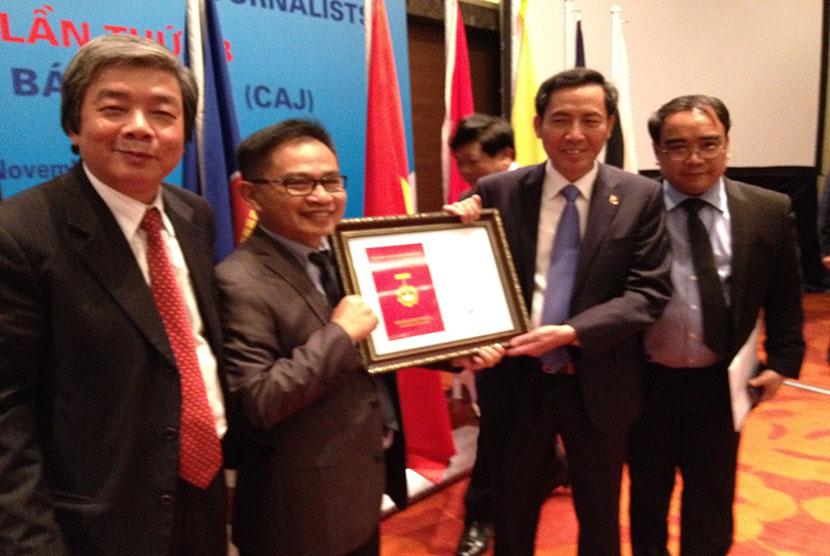 Presiden Konfederasi Wartawan ASEAN (CAJ) memberikan penghargaan kepada Akhmad Kusaeni.