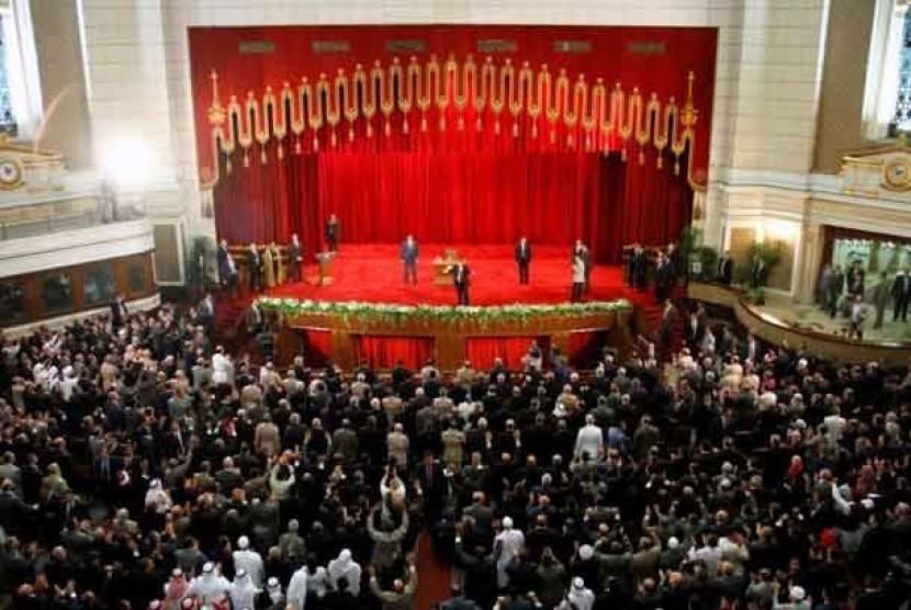 Presiden Mesir terpilih, Mohammed Mursi, melambaikan tangan di Cairo University dalam inagurasi usai pelantikannya sebagai presiden.