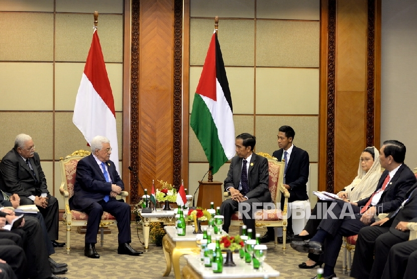 Presiden Palestina Mahmoud Abbas (kiri) bersama Presiden Joko Widodo saat pertemuan bilateral Indonesia-Palestina di sela KTT Luar Biasa OKI di Balai Sidang Jakarta, Ahad (6/3).