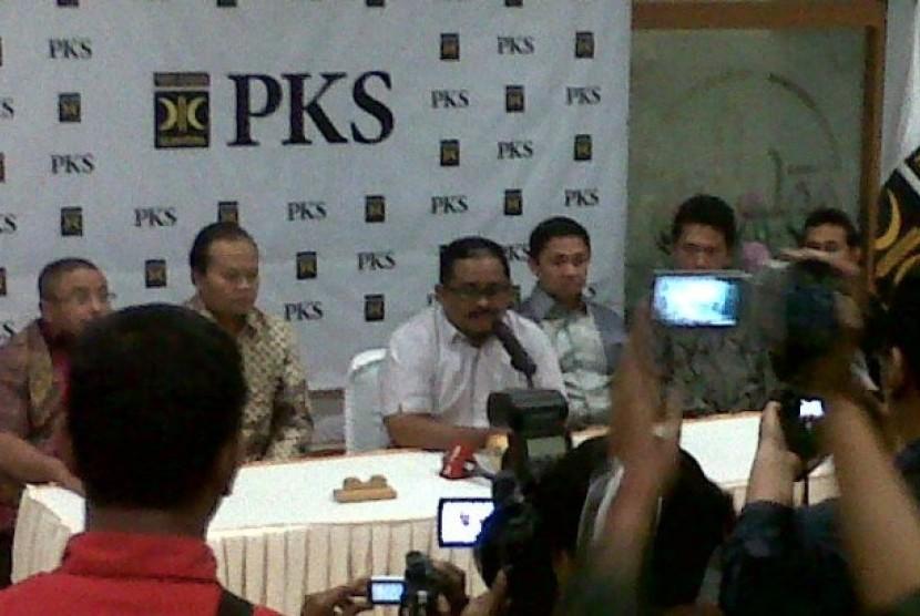 Presiden Partai Keadilan Sejahtera (PKS) Luthfi Hasan Ishaaq saat jumpa pers di Gedung DPP PKS, Jakarta, Rabu (30/1).
