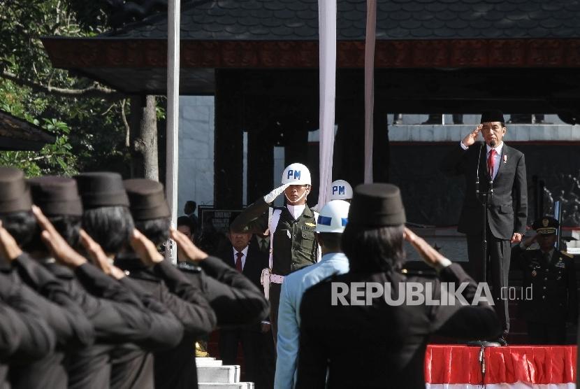 Presiden Republik Indonesia Joko Widodo menjadi inspektur upacara saat mengikuti upacara peringatan Hari Kesaktian Pancasila di Monumen Pancasila Sakti, Lubang Buaya, Jakarta, Sabtu (1/10).