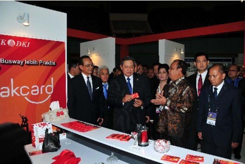 Presiden RI, Bapak Susilo Bambang Yudhoyono mengunjungi stand Bank DKI